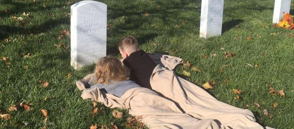 Ganljivo: Brata prvič obiskala očetov grob