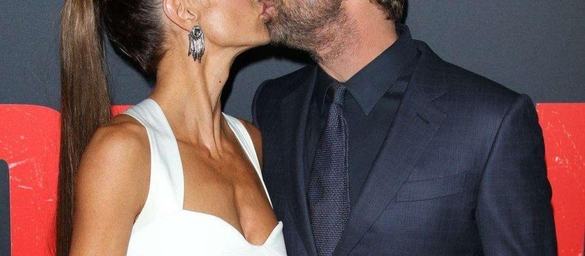 Gerard Butler strastno poljublja njo