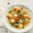 Domačo govejo juho krasno dopolnjuje jušna zakuha iz zdrobovih žličnikov.