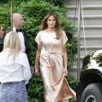 Kombinacija obleke blagovne znamke Monique Lhuillier v barvi šampanjca ter salonarjev znamke Manolo Blahnik namreč ni navdušila modnih kritikov.