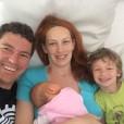 Srečna družinica Vasilija Žbogarja ob prihodu domov iz porodnišnice.
