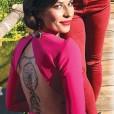 Njen hrbet pokriva tetovaža lovilec sanj.