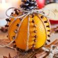Dekoracijo lahko popestrite s cimetom in janeževimi zvezdivami, ki se prav tako ponašajo z omamnim vonjem, značilnim za decemberske dni.