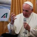 papež Frančišek v letalu