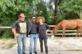 Družina je Michaelu prijazno razkazala ranč in se z njim podružila.