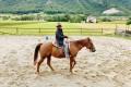 Na ranču se je preizkusil v jahanju konja.