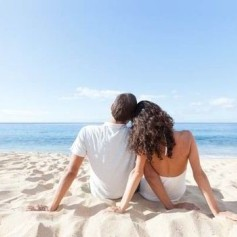 A-couple-on-beach-holiday-543313 (1)