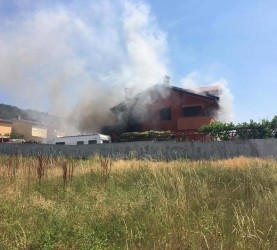 Črn dim nad objektom je dal vedeti, da gre za obsežnejši požar