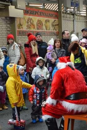 FOTO: Božiček je na tržnico prinesel smeh