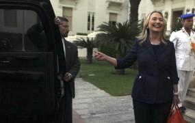 "V Egiptu v vozila Clintonove metali paradižnike ter vpili ""Monica, Monica"""