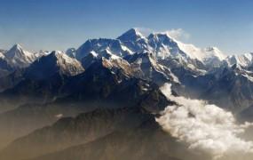 85-letni Nepalec umrl v poskusu rekordne osvojitve Everesta