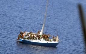 Pred hrvaško obalo reševanje pokvarjene jadrnice s 65 ubežniki
