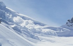 Pod snežnim plazom v francoskih Alpah umrli štirje ljudje