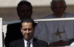 Papežev majordom iz celice v hišni pripor