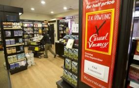 Prvi roman za odrasle J. K. Rowling od danes v prodaji v Veliki Britaniji