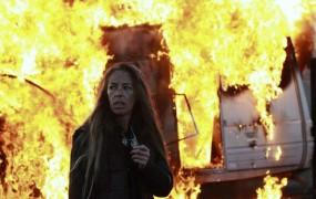 Foto: Prebivalci nezakonitega naselja z ognjem in kamenjem nad policijo