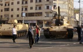 Tanki pred predsedniško palačo v Kairu