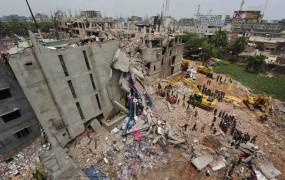V zrušenju tovarne v Daki umrlo najmanj 413 ljudi