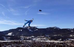 Slovenski skakalci samozavestno na novoletno turnejo