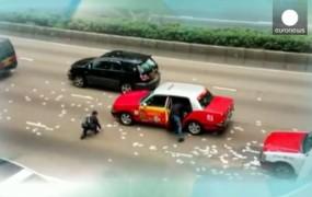 VIDEO: Po prometni nesreči v Hongkongu denar letel po zraku