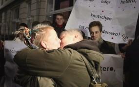 Na Dunaju protest za svobodo poljubljanja