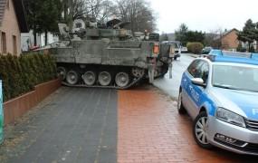 Britanski tank zaneslo na vrt starejšega nemškega para