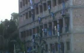 Indijski starši plezali po zidovih šol, da so pomagali goljufati otrokom