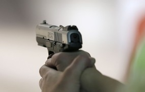 Pri Šentjoštu moški v hrbet ustrelil 45-letnika, ki je ranjen zbežal v gozd