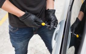 Lopov v Portorožu vdrl v avto, lastnik pa je stal nekaj metrov stran