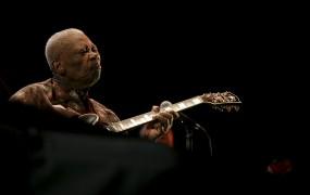 Umrl je velikan bluesa B.B. King