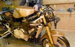 Nemec po nasprotovanju soproge izdelal leseno repliko motorja