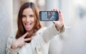 Rusinja se je med poziranjem za selfie ustrelila v glavo