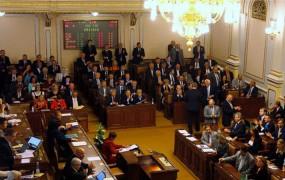 """Predsednik češkega parlamenta pijan vodil sejo: """"Žal mi je. Popil sem le dve šilci slivovke."""""""