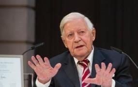 Zdravnik dovolil nadaljnje kajenje 96-letnemu bivšemu kanclerju Schmidtu
