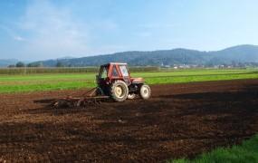 Nemec s traktorjem na počitnice na Hrvaško