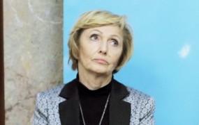 Koliko časa je Kolar Celarčeva, ki ostaja na bolniški, čakala na pregled na urgenci?
