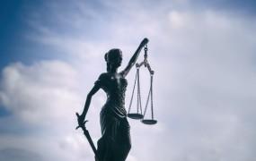 To je sodnica, ki je vehementno pljunila na sodni red in bila nesramna do fotografa