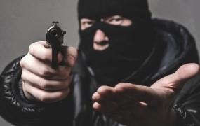 S pištolo vkorakal v pošto pri Grosupljem in zbežal s plenom