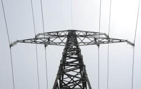 Zaradi vetra je brez elektrike ostalo skoraj 3000 gospodinjstev