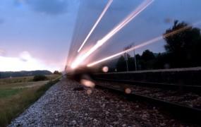 Pri Petrovčah vlak treščil v avto: umrla je 16-letnica