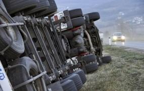 Močna burja na Primorskem, na avtocestah možnost manjših zametov
