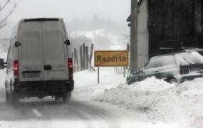 Burja in sneg na Primorskem: izpadi elektrike in težave v prometu