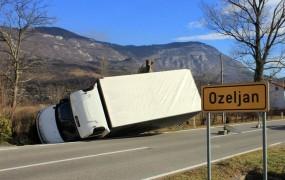 FOTO: Burja prevrnila tovornjak