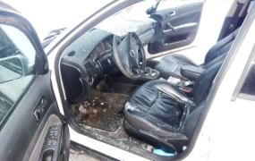Led zdrsnil s tovornjaka in huje poškodoval potnika v vozilu za njim