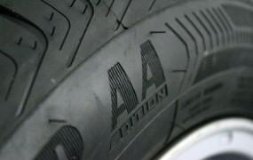 V Ilirski Bistrici prerezal gume na 40 vozilih in porezal še sebe