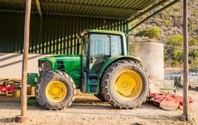 V Lokovici je prevrnjeni traktor zmečkal 20-letnika