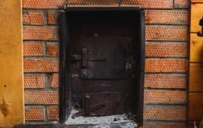 Srhljivi zločin pri Štanjelu: glavi babice in brata je zažgal v peči