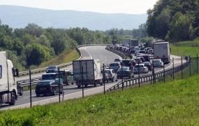 Nalet vozil pri Vrhniki povzročil 24-kilometrsko kolono na avtocesti