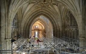 """Delavci med obnovo cerkve našli krste """"izgubljenih"""" nadškofov"""