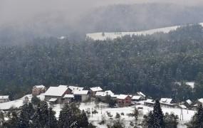 Aprilski sneg je tu, konec tedna nevarnost pozebe